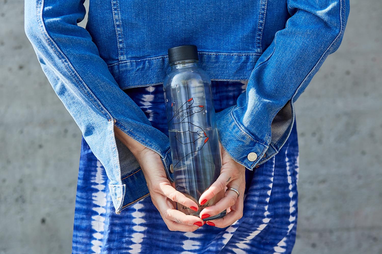 madhavi-guemoes-wasser-challenge-carry-bottles